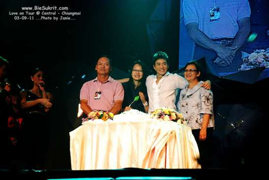 Bie with his family and a cake