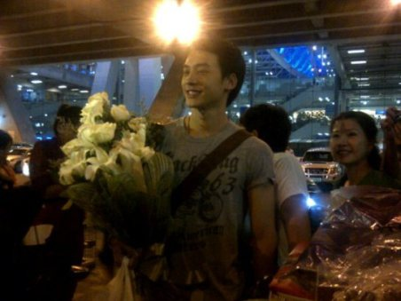 fans waiting for him at the airport in BKK