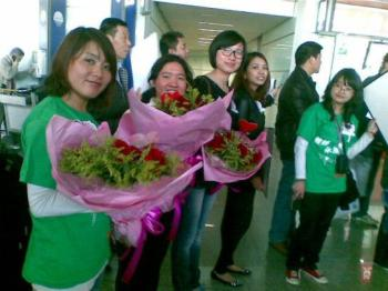 fans waiting for Bie at the airport in China