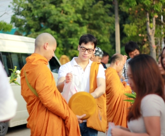people waited to make food offering to the new monks